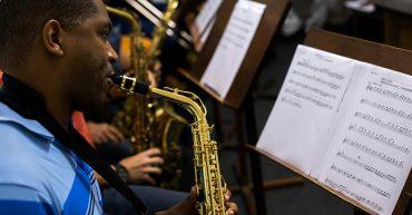 Aluno tocando saxofone em aula de Percepção no Cigam